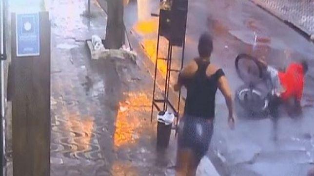 Notícias | SE DEU MAL! Mulher reage a assalto, derruba ladrão com guarda- chuva e recupera celular. VEJA VÍDEO | Portal do Zacarias - A verdade da  informação em primeiro lugar!
